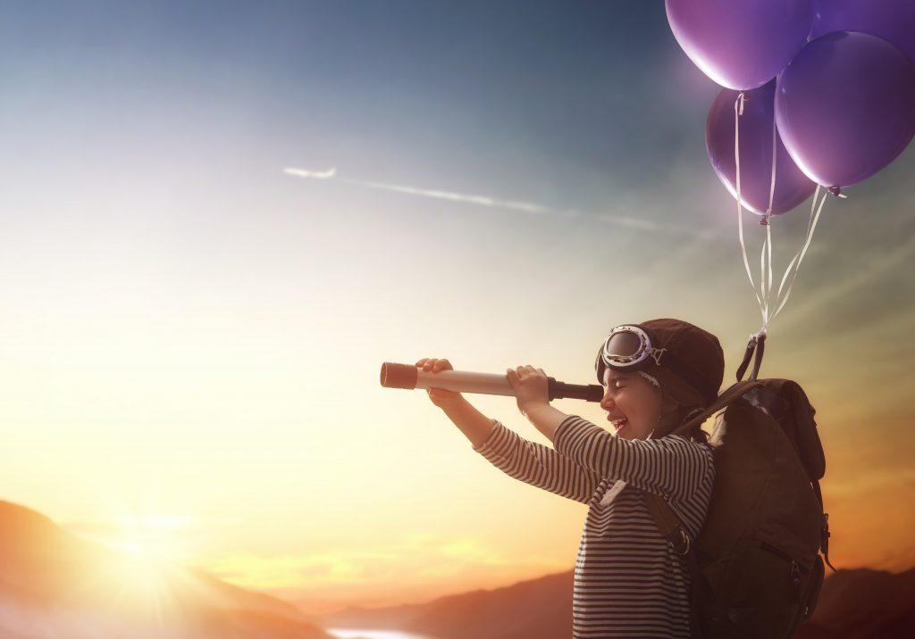 Jongen met balonnen en verrekijker