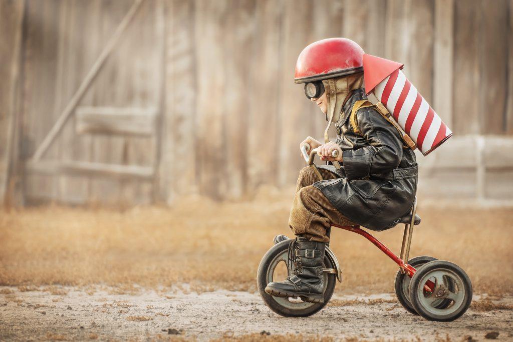 Jongen op fiets met raket